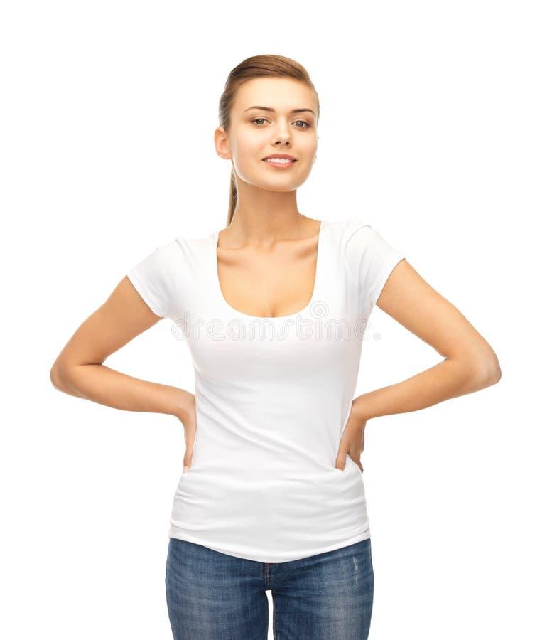 Femme de sourire dans le T-shirt blanc vide photographie stock