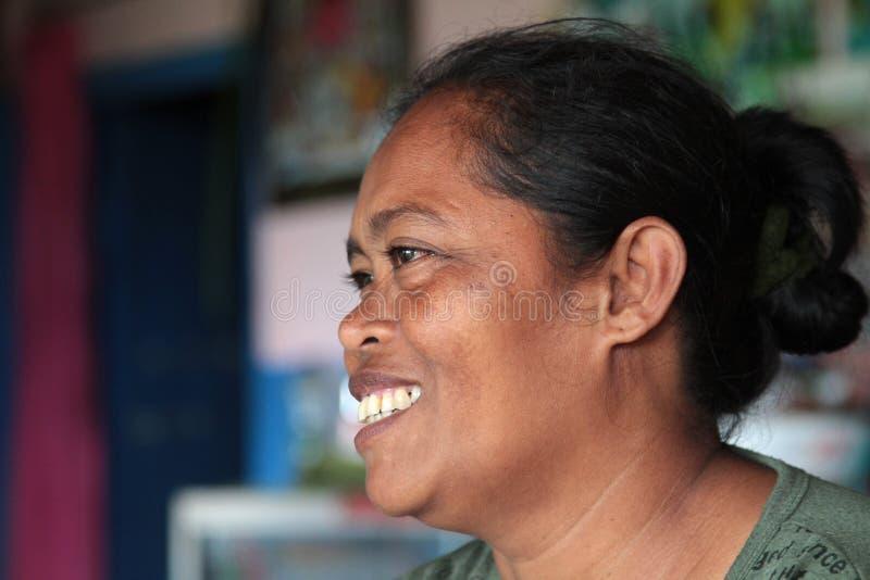 Femme de sourire de balinese dans sa maison images libres de droits