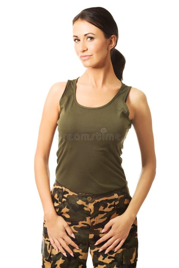 Femme de sourire de brune portant les vêtements militaires images stock