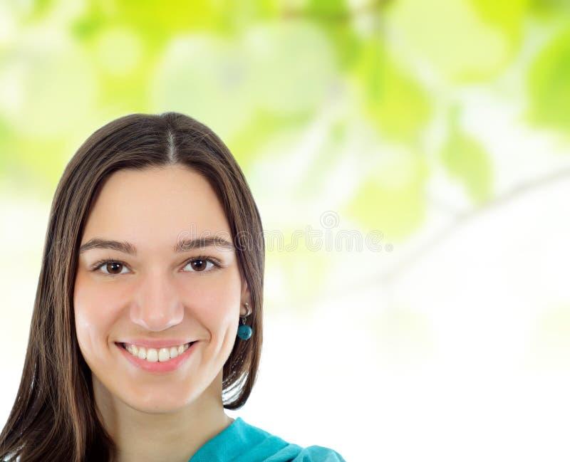 Femme de sourire de brunette au-dessus de station thermale verte images libres de droits