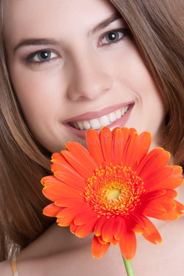 Femme de sourire de fleur photographie stock libre de droits