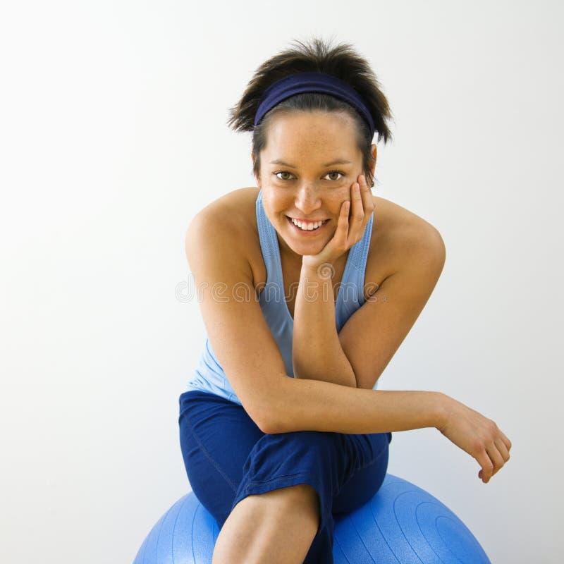 Femme de sourire de forme physique photo stock