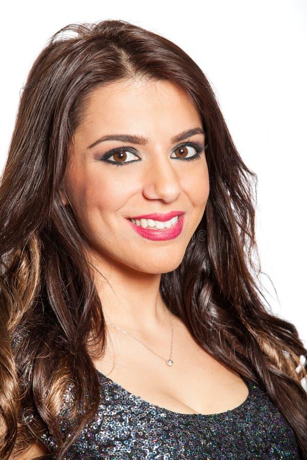 Femme de sourire de portrait jeune belle sur le blanc photographie stock libre de droits