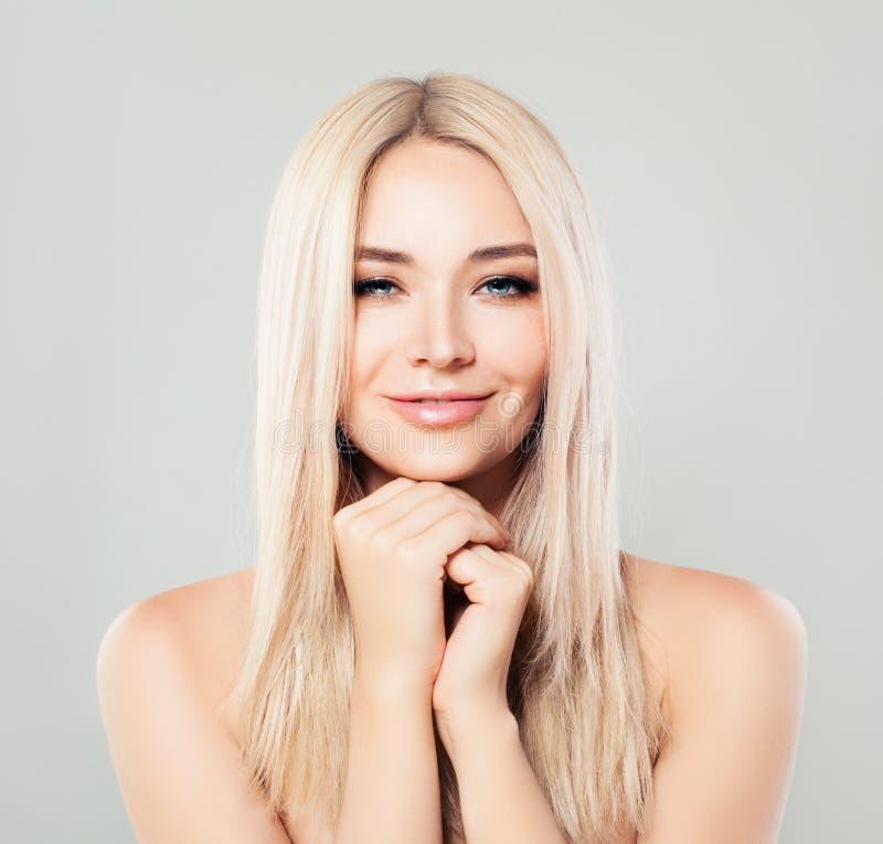 Femme de sourire de station thermale avec les cheveux blonds Mannequin de Blondie images stock