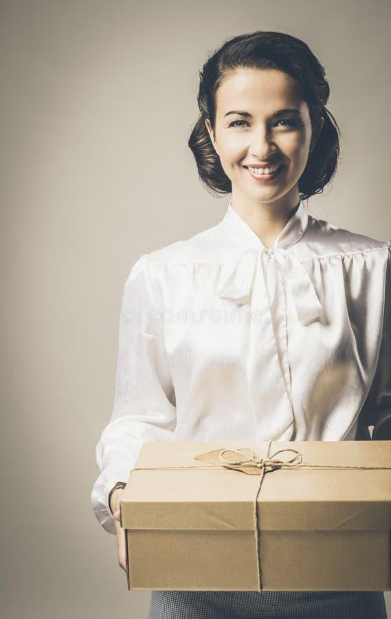 Femme de sourire de vintage avec le paquet de courrier image stock