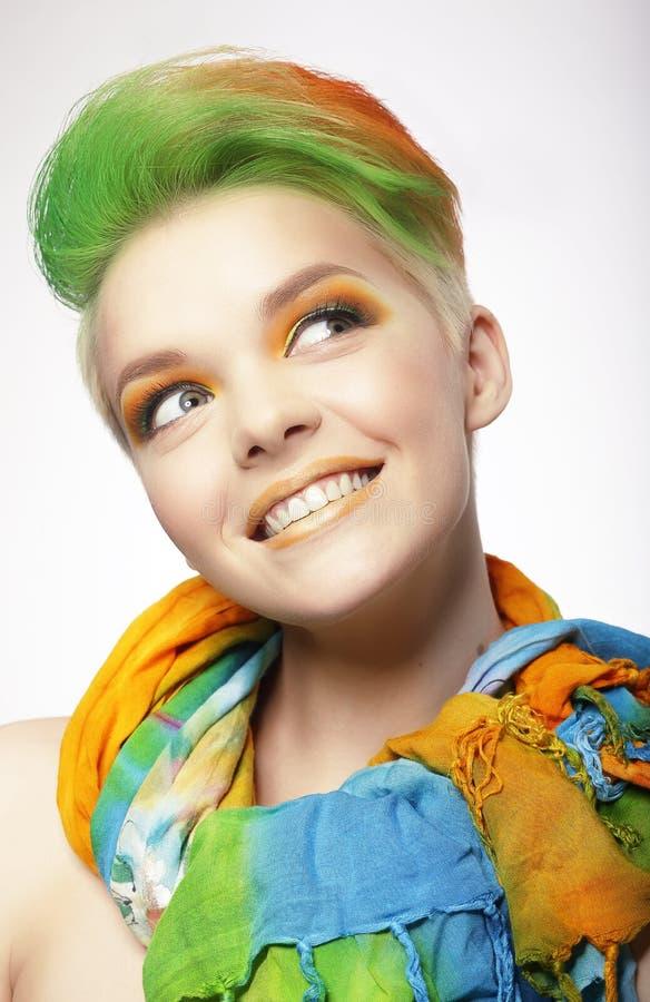 Femme de sourire drôle avec les poils colorés recherchant images libres de droits