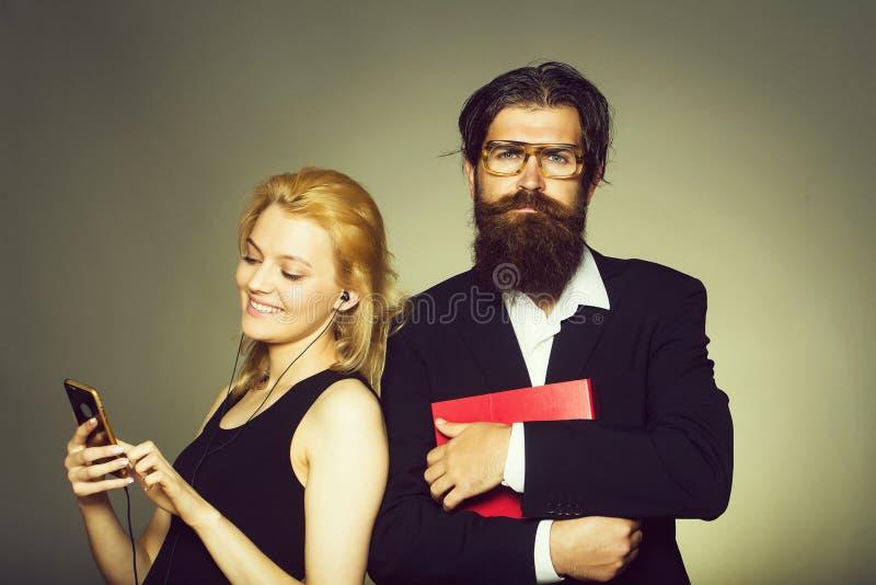 Femme de sourire et homme barbu photo stock
