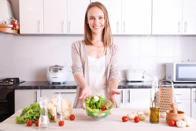 Download Femme De Sourire Faisant La Nourriture Saine Image stock - Image du intérieur, dîner: 56478205