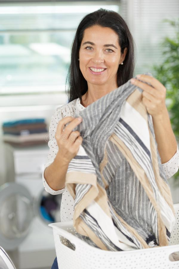 Femme de sourire faisant le lavage  photographie stock