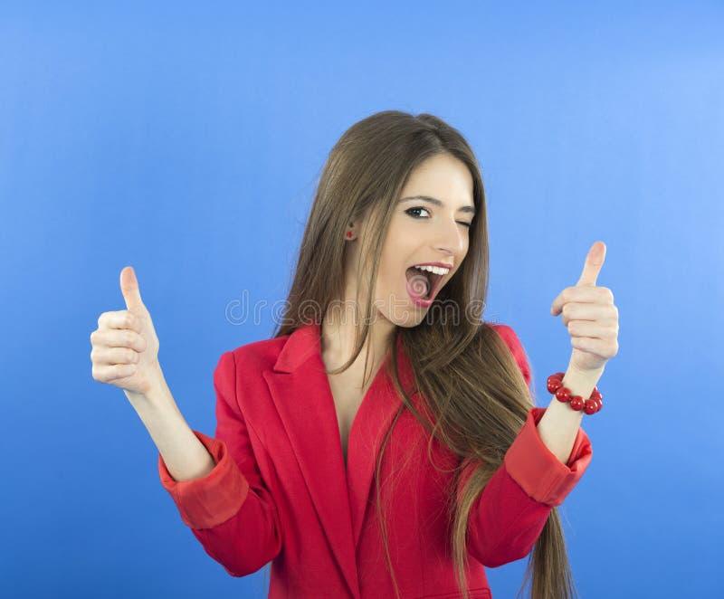 Femme de sourire heureuse d'affaires avec le signe correct de main image stock
