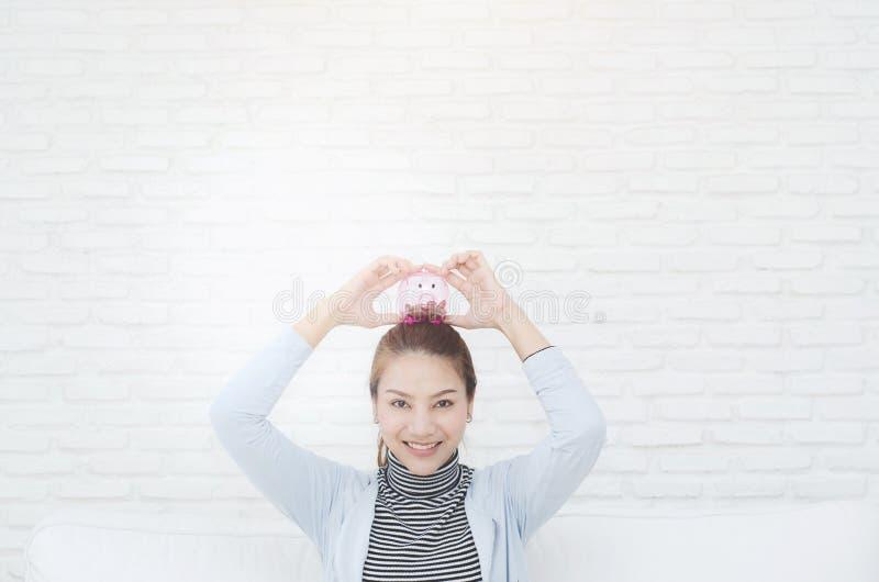 Femme de sourire heureuse dans la chambre images stock