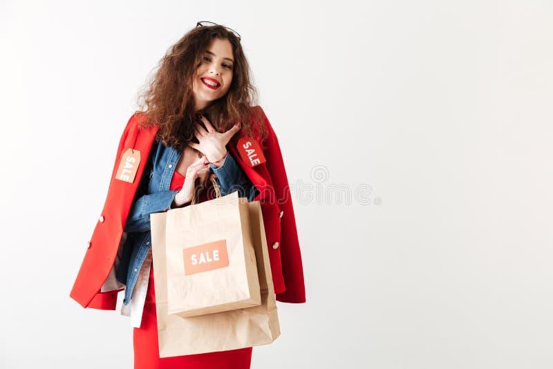Femme de sourire heureuse de vente tenant des paniers image stock