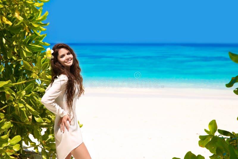 Femme de sourire heureuse libre appréciant la nature sur la plage tropicale beau images stock
