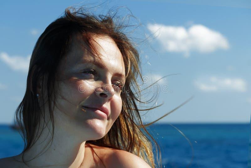 Femme de sourire heureuse sur la plage de mer Copiez l'espace photos stock