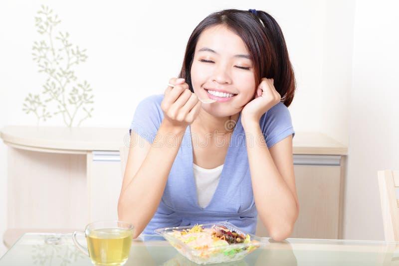 Femme de sourire heureux avec de la salade à la maison photos libres de droits