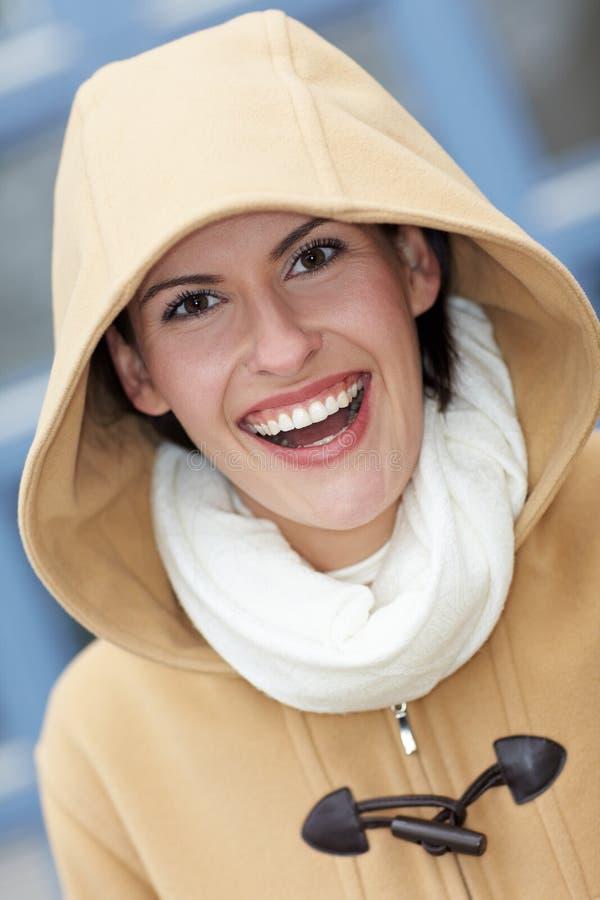 Femme de sourire heureux avec le capot photo stock
