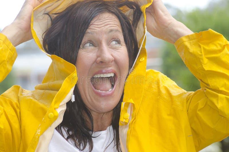 Femme de sourire heureux sous la pluie photographie stock libre de droits