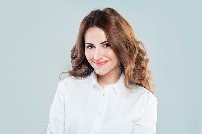 Femme de sourire mignonne en tissu blanc photo stock