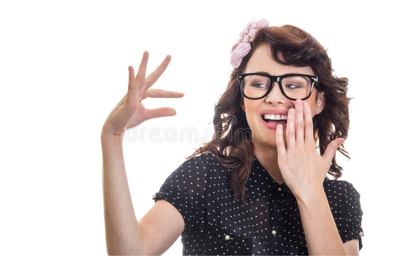 Femme de sourire montrant avec ses doigts image libre de droits