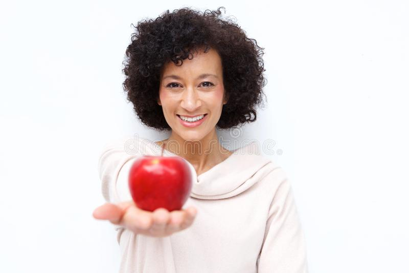 Femme de sourire de Moyen Âge tenant la pomme rouge sur le fond blanc photographie stock libre de droits