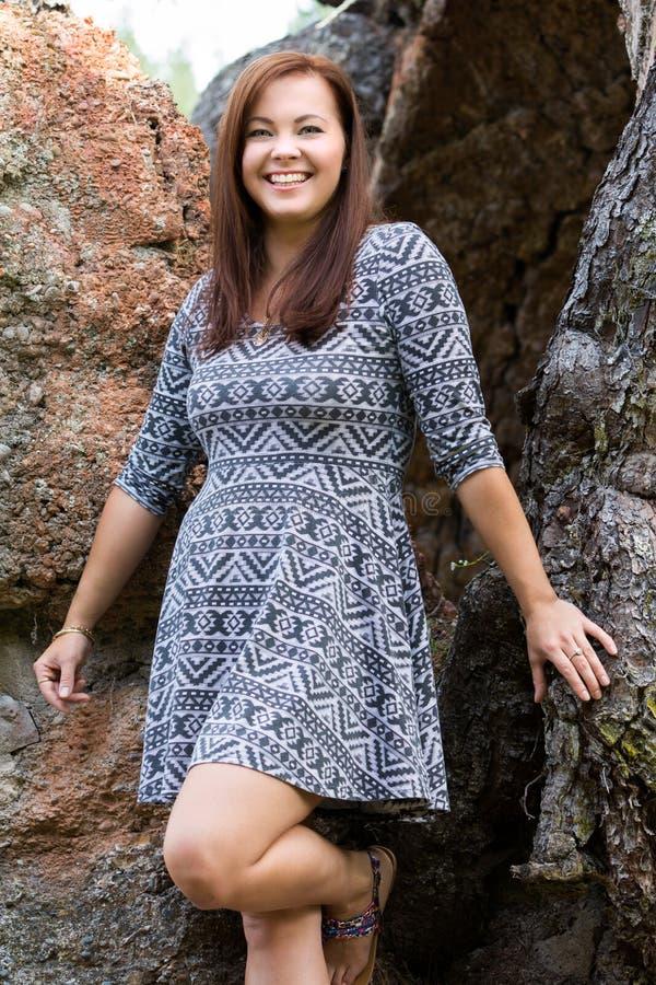 Femme de sourire par des roches photo stock