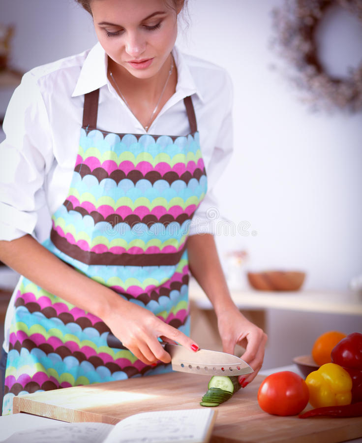 Download Femme De Sourire Préparant La Salade Dans La Cuisine Image stock - Image du régime, nourriture: 87701109
