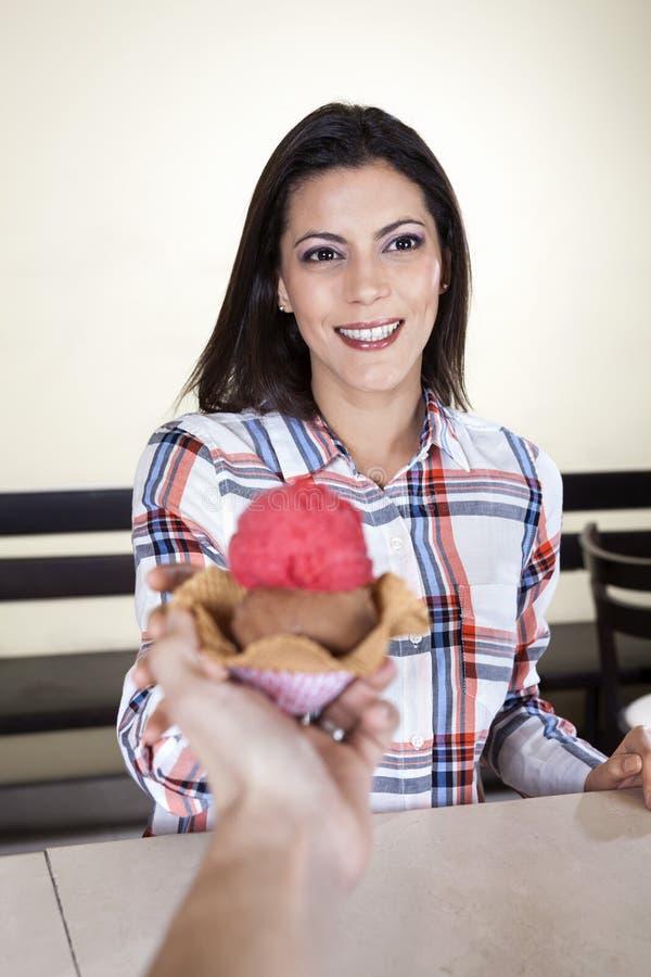 Femme de sourire recevant la crème glacée du serveur In Parlor photographie stock