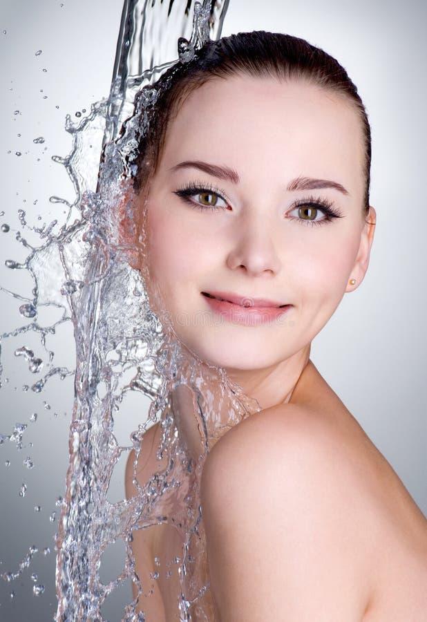 Femme de sourire sous le courant d'eau image libre de droits