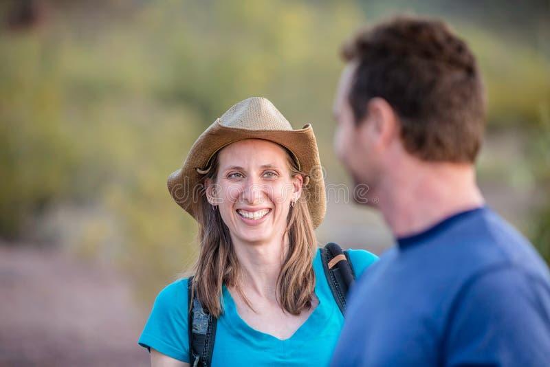 Femme de sourire sur la hausse de nature photographie stock