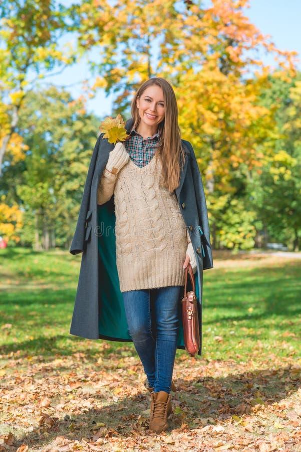 Download Femme De Sourire Sur Le Fond De Nature Pendant L'automne Photo stock - Image du personne, fille: 45354492