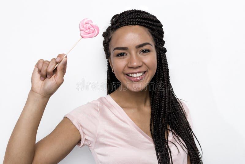 Femme de sourire tenant le coeur de lucette image libre de droits