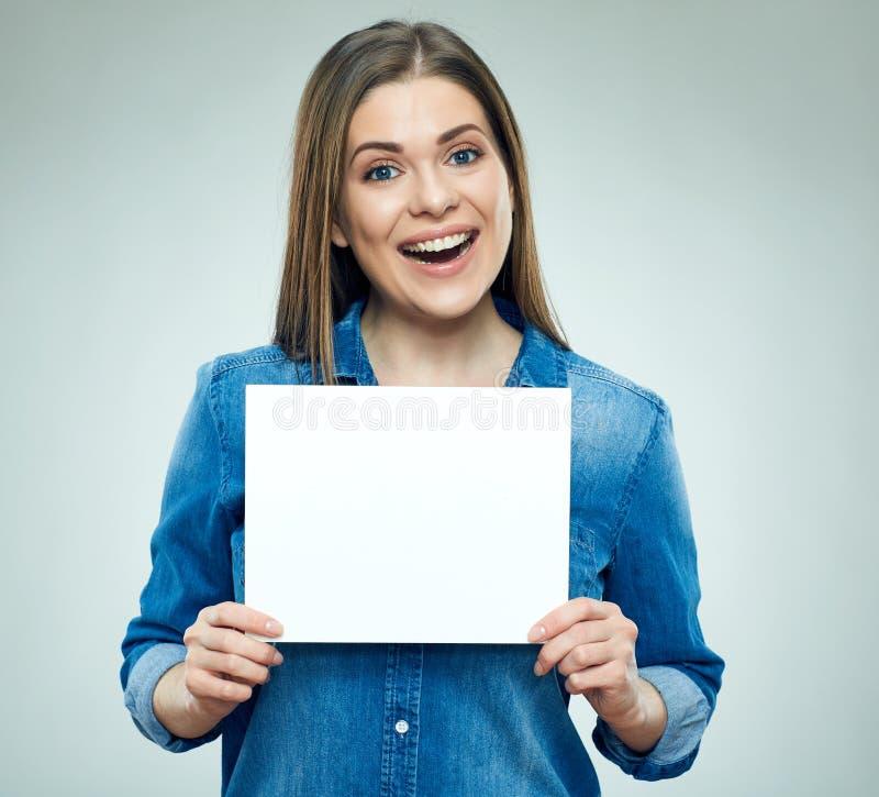 Femme de sourire tenant le panneau de signe photo stock