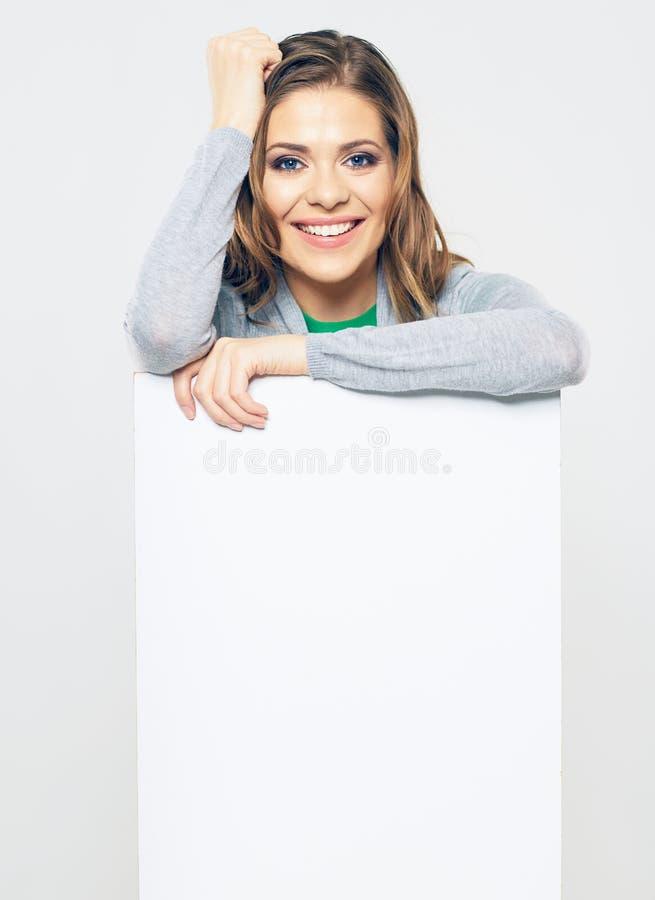 Femme de sourire tenant le panneau vide de signe d'affaires images stock