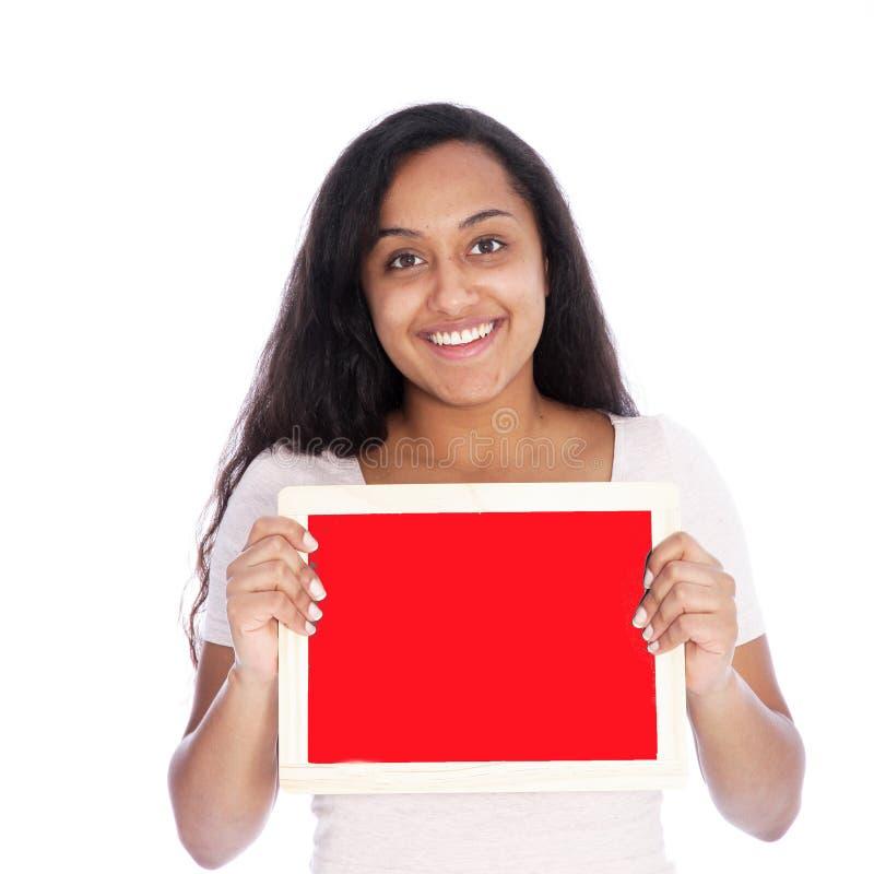 Femme de sourire tenant le petit conseil rouge vide images libres de droits