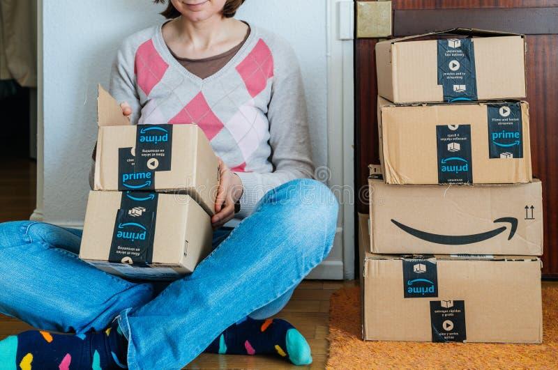 Femme de sourire unboxing des boîtes en carton d'Amazone photo stock