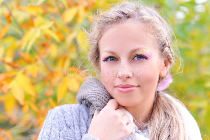 Femme de sourire utilisant le chandail chaud dehors images libres de droits