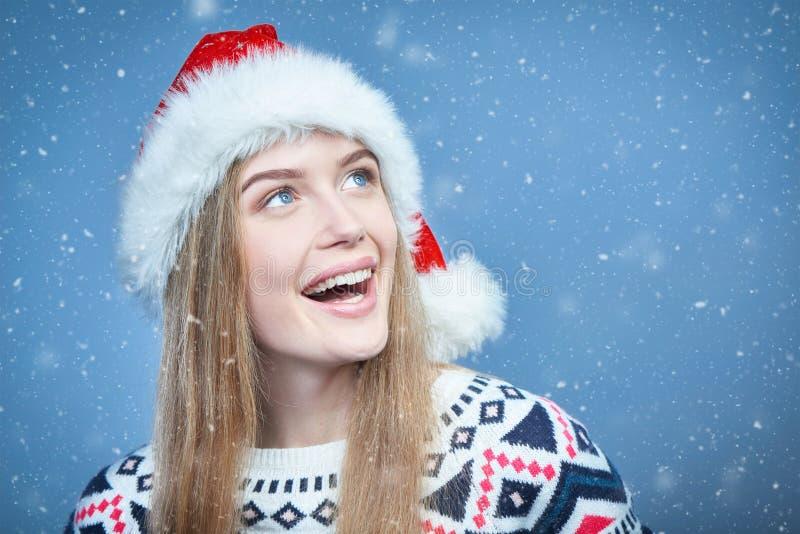 Femme de sourire utilisant le chapeau de Santa regardant loin l'espace de copie image libre de droits