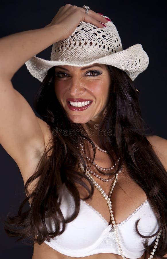 Femme de sourire utilisant un chapeau images stock