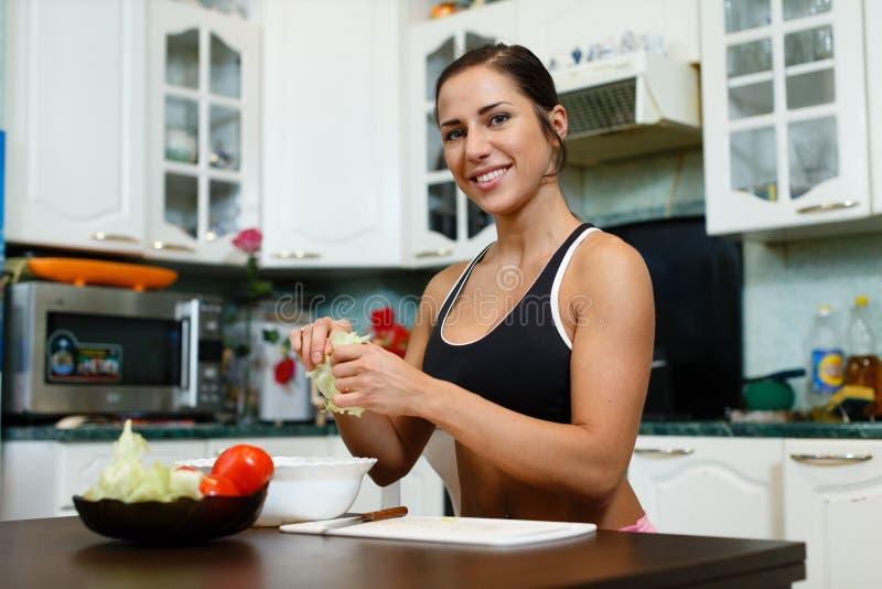 Femme de sports et nourriture saine. image stock