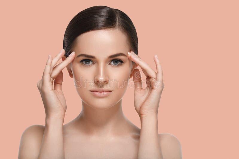 Femme de station thermale de beauté avec le portrait sain parfait de peau de visage E photos stock