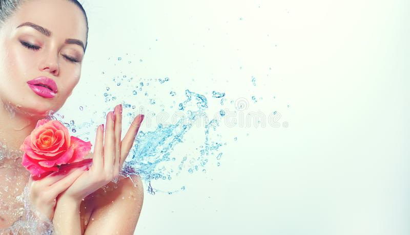 Femme de station thermale La fille de sourire de beauté avec éclabousse de l'eau et s'est levée dans des ses mains images libres de droits