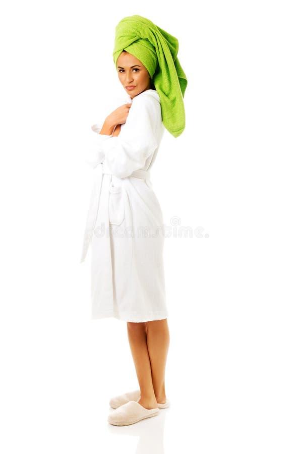 Femme de station thermale se tenant dans le peignoir photo stock