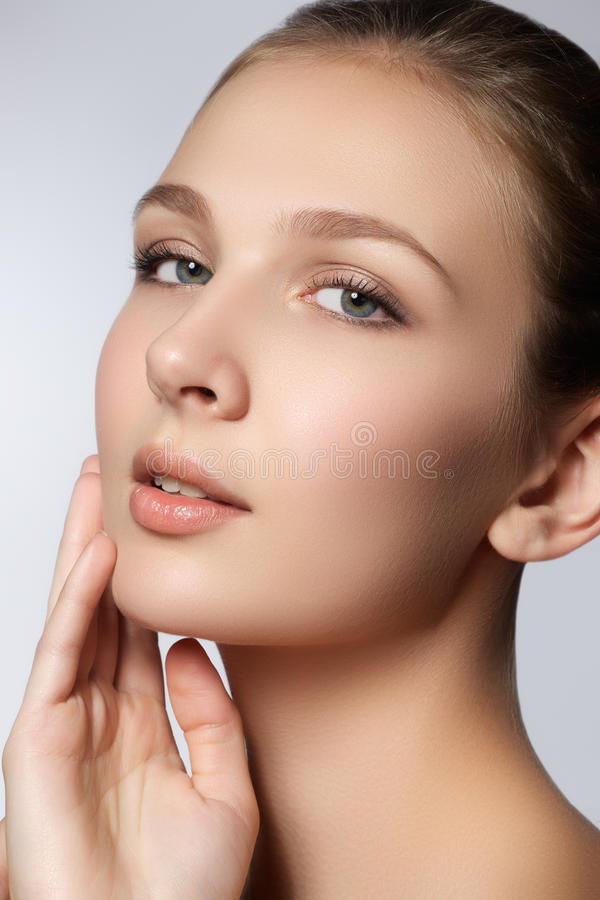 Femme de station thermale Visage normal de beauté Belle fille touchant son visage photo stock