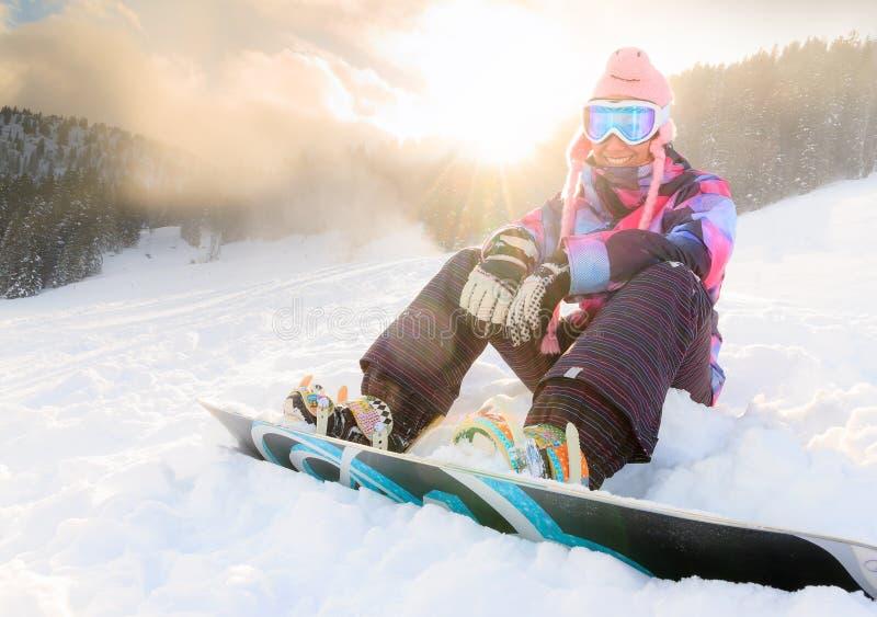 Femme de surf des neiges de soleil photo stock