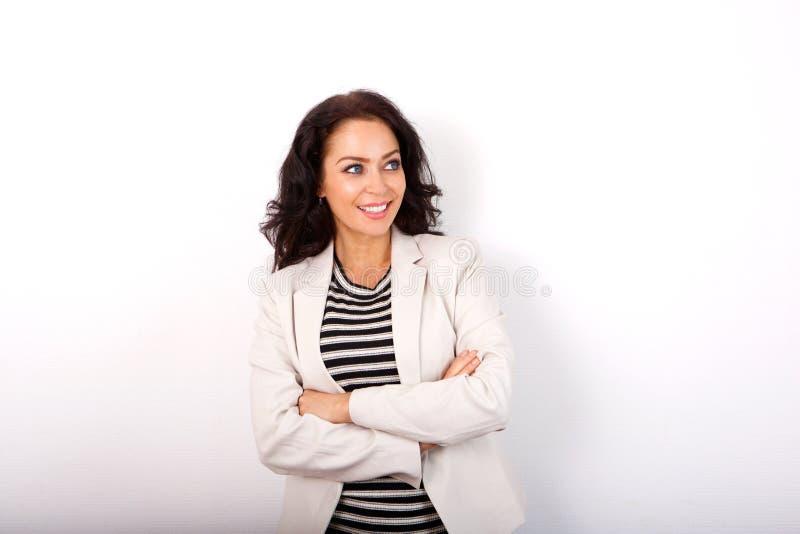 Femme de tenue professionnelle décontractée souriant avec des bras croisés image libre de droits