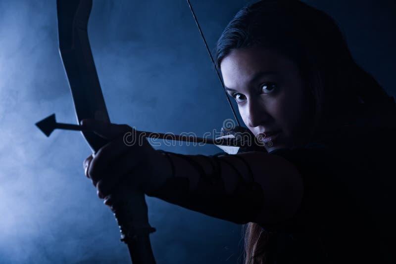 Femme de tir à l'arc