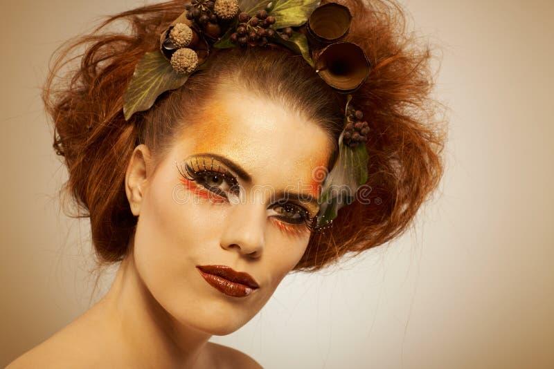 Femme de tir de beauté dans le maquillage d'automne photographie stock libre de droits