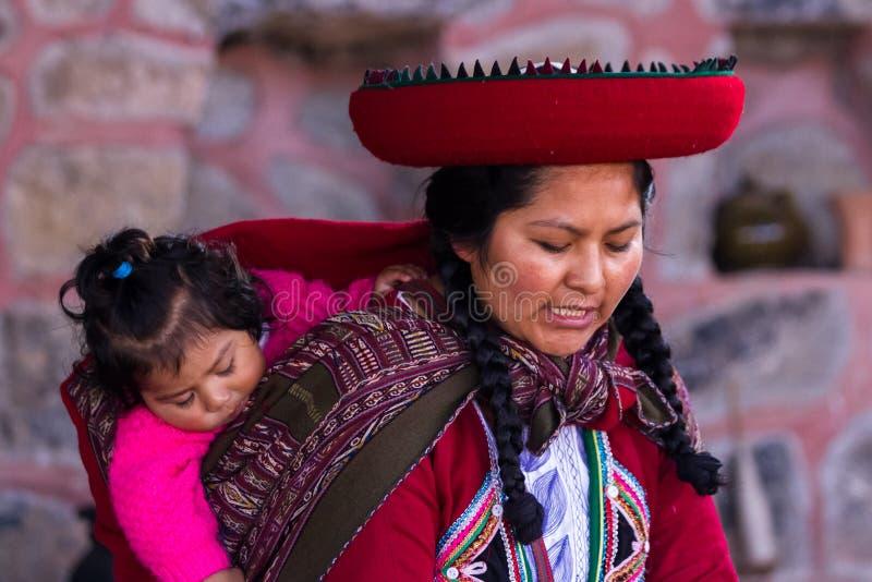 Femme de tisserand avec son bébé dans Chinchero photos libres de droits