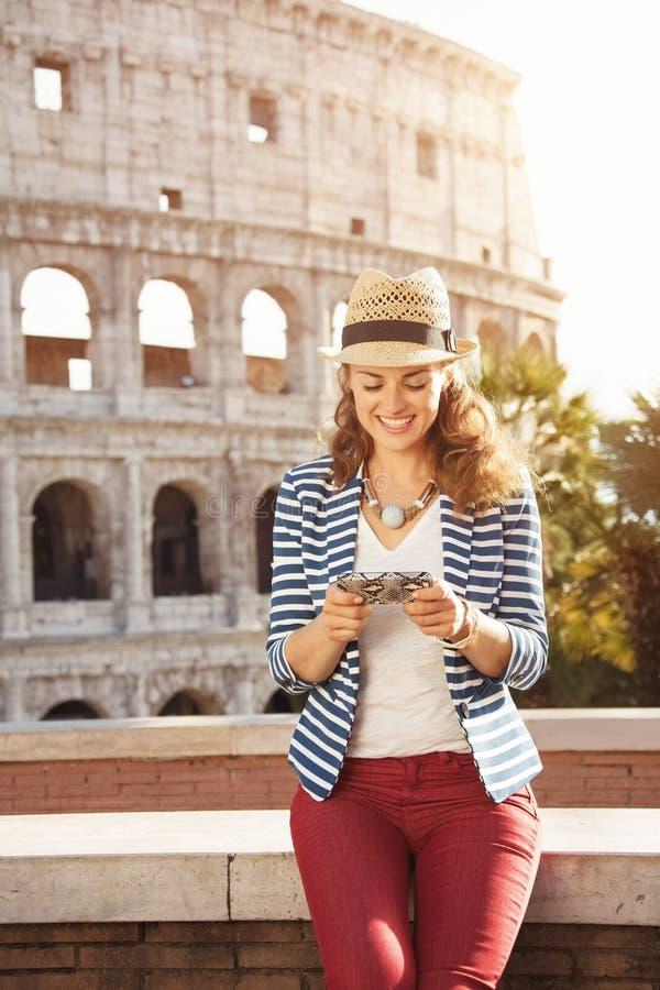 Femme de touristes élégante de sourire sms d'écriture à Rome, Italie photos stock