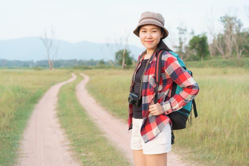 Femme de touristes asiatique Fille du Mountain View de nature la jeune A voyage des vacances d'été photographie stock libre de droits